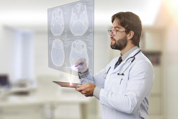 Medico maschio nel suo ufficio, guardando uno schermo virtuale che esce da un tablet