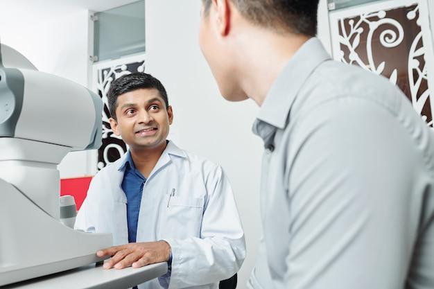 Medico maschio che parla al paziente