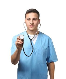 Medico maschio che utilizza lo stetoscopio