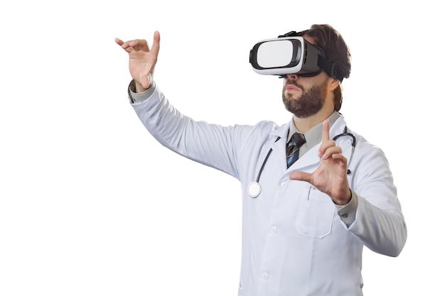 Medico maschio utilizzando occhiali per realtà virtuale.