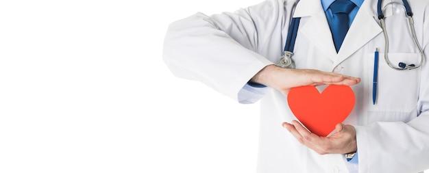 Medico maschio con lo stetoscopio che tiene cuore, isolato su priorità bassa bianca