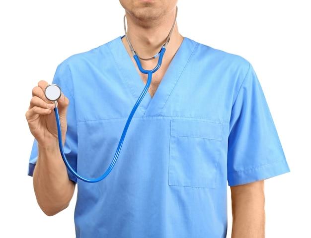Medico maschio con stetoscopio su sfondo bianco