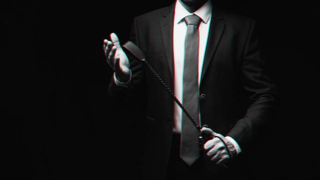 Il maschio dominante tiene una frusta di cuoio flogger per il sesso bdsm duro. bianco e nero con effetto di realtà virtuale glitch 3d