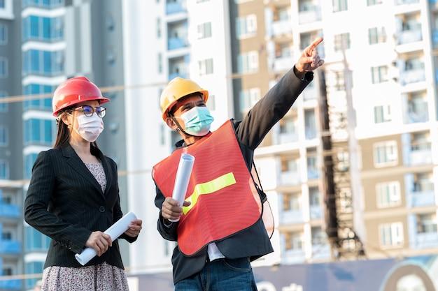 Ingegnere maschio e segretaria donna gestione proattiva di un sito produttivo