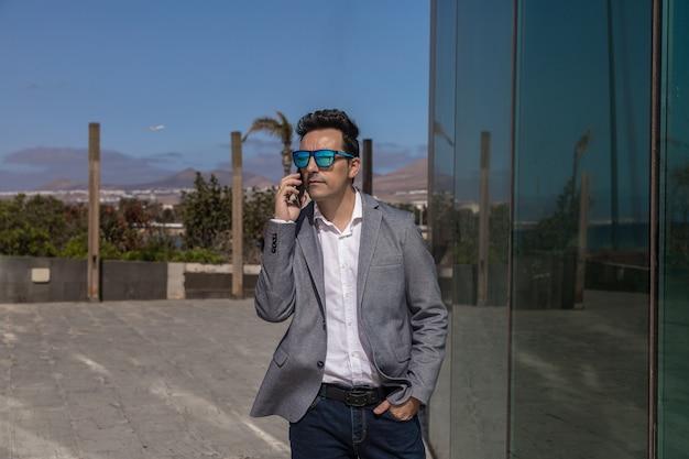 Imprenditore maschio rispondendo alla telefonata sulla strada