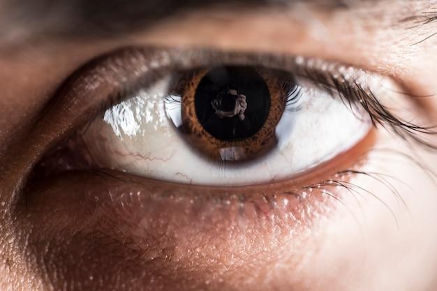 Occhio maschio su un obiettivo macro