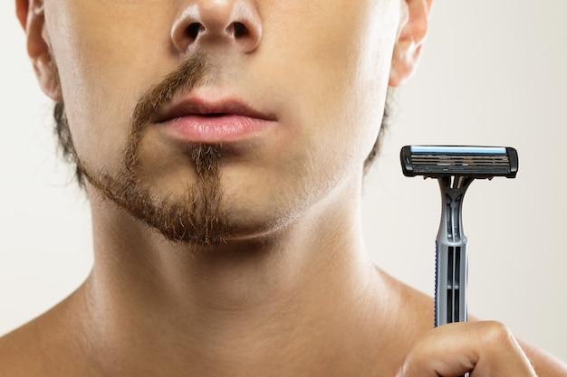 Volto maschile con risultato di rasatura. prima e dopo il confronto