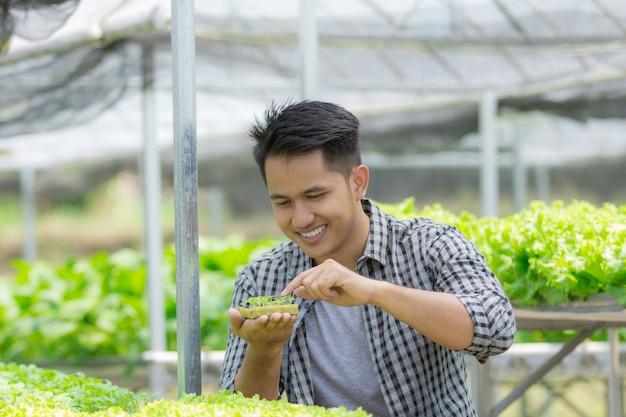 Coltivatore maschio nell'azienda agricola della serra