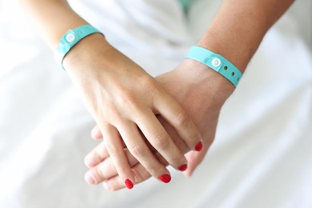 La mano maschile e femminile si tengono insieme l'una sull'altra