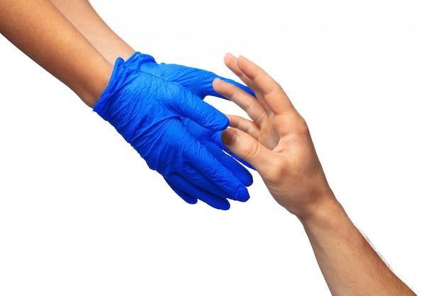 Mani maschili e femminili in guanti medici si allungano l'un l'altro. concetto di aiuto. avvicinamento