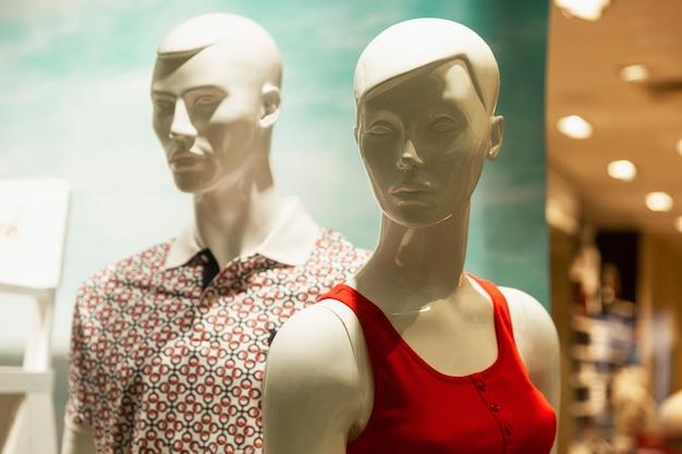 Manichini uomo e donna nella vetrina di un negozio di abbigliamento. fashion style. avvicinamento.