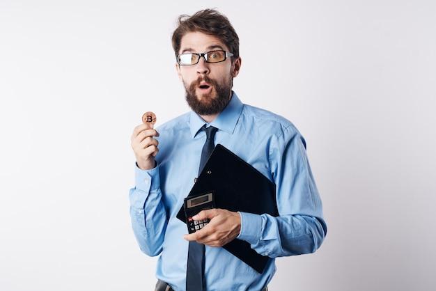 Gestore di investimenti di criptovaluta calcolatore di finanziere maschio