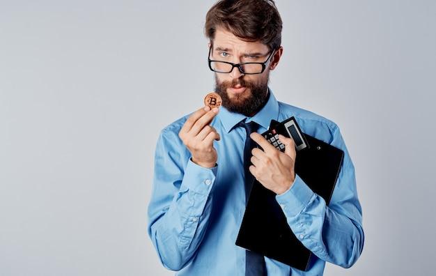 Finanziere maschio criptovaluta che fa trading sulla borsa finanziaria tecnologica