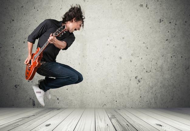 Chitarrista maschio che suona musica
