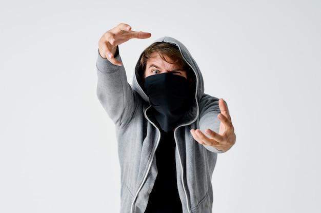 Hacker maschio in un maglione grigio