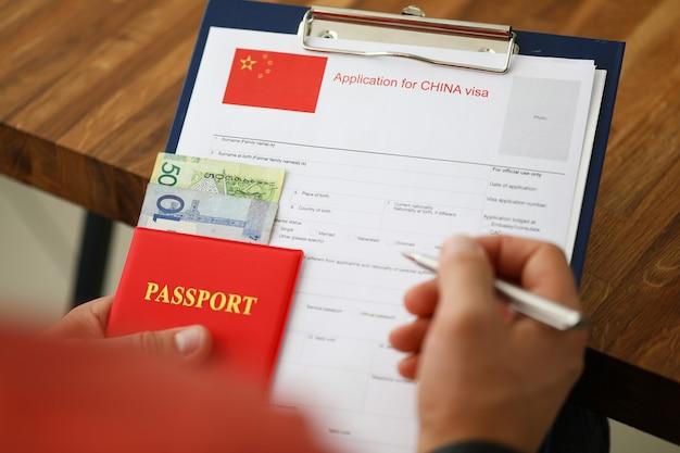Penna d'argento della stretta maschio della mano con il passaporto