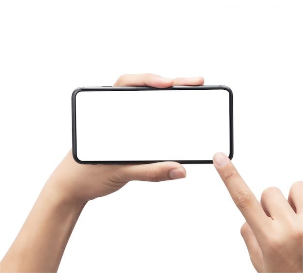 Mano maschio che tiene lo smartphone nero e che tocca sullo schermo in bianco isolato su fondo bianco con il percorso di ritaglio.