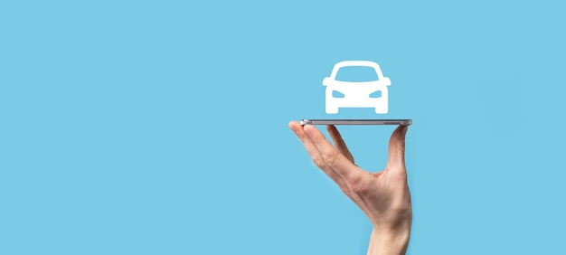 Mano maschio che tiene icona auto auto su sfondo blu. ampia composizione di banner.concetti di assicurazione auto automobilistica e rinuncia ai danni da collisione.
