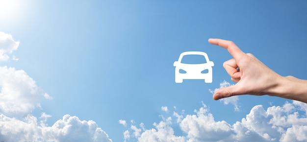 Icona maschio dell'automobile della tenuta della mano dell'automobile su fondo blu. ampia composizione banner. assicurazione automobilistica per auto e concetti di rinuncia ai danni da collisione.