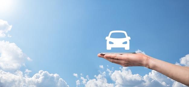 Icona maschio dell'automobile della tenuta della mano dell'automobile su priorità bassa blu. ampia composizione di banner. concetti di assicurazione automobilistica per auto e rinuncia ai danni da collisione