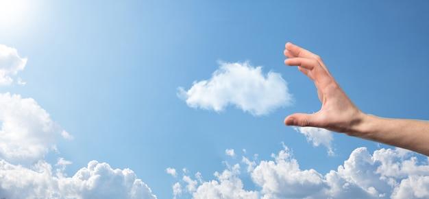 Icona maschio della casa della tenuta della mano su priorità bassa blu. assicurazione di proprietà e concetto di sicurezza.concetto immobiliare.condizioni atmosferiche, nuvolosità.banner con spazio di copia.