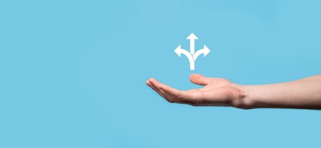 Icona della holding della mano maschio con l'icona di tre direzioni