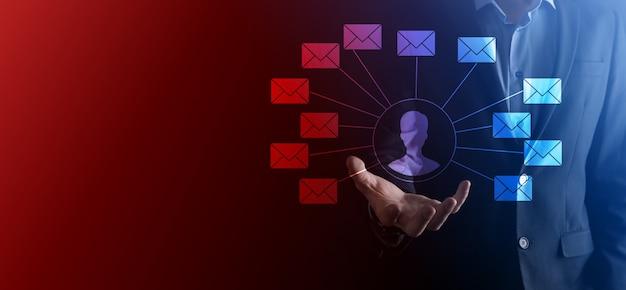 Icona della lettera della holding della mano maschile, icone della posta elettronica. contattaci tramite e-mail di newsletter e proteggi le tue informazioni personali dalla posta indesiderata. call center del servizio clienti contattaci.email marketing e newsletter