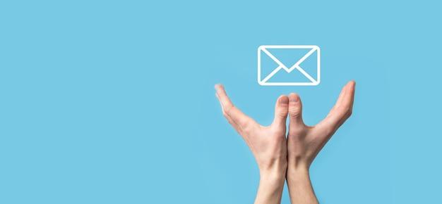 Icona della lettera della tenuta della mano maschio, icone della posta elettronica. contattaci tramite e-mail di newsletter e proteggi le tue informazioni personali dalla posta indesiderata. call center del servizio clienti contattaci.email marketing e newsletter.