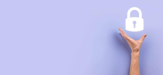 Mano maschio che tiene un'icona del lucchetto del lucchetto. rete di sicurezza informatica. rete di tecnologia internet. protezione delle informazioni personali dei dati sul tablet. concetto di privacy di protezione dei dati. rgpd. eu.banner. Foto Premium