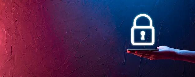 Mano maschio che tiene un'icona del lucchetto del lucchetto. rete di sicurezza informatica. rete di tecnologia internet. protezione delle informazioni personali dei dati sul tablet. concetto di privacy di protezione dei dati. rgpd. eu.banner