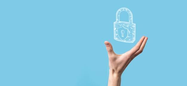 Mano maschio che tiene un'icona del lucchetto di blocco. rete di sicurezza cyber. rete di tecnologia internet protezione delle informazioni personali dei dati sul tablet. concetto di privacy di protezione dei dati. gdpr. eu.banner.