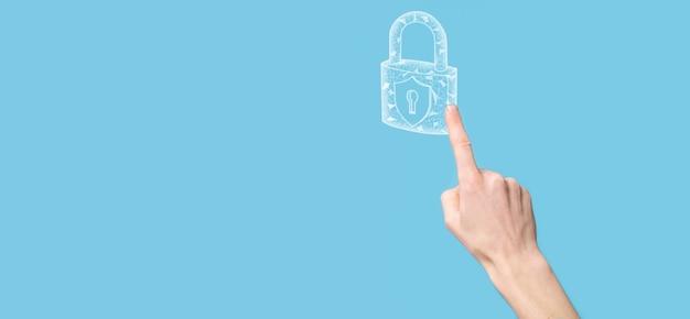 Mano maschio che tiene un'icona del lucchetto di blocco. rete di sicurezza informatica. rete di tecnologia internet. protezione delle informazioni personali dei dati sul tablet. concetto di privacy di protezione dei dati. rgpd. eu.banner.