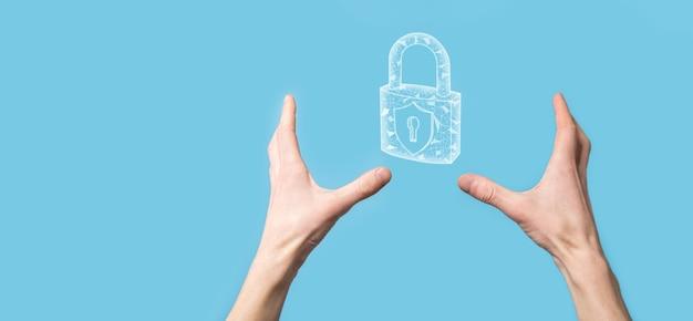 Mano maschio che tiene un'icona del lucchetto del lucchetto. rete di sicurezza informatica. rete di tecnologia internet. protezione delle informazioni personali dei dati sul tablet. concetto di privacy di protezione dei dati. rgpd. eu.banner.