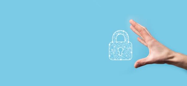 Mano maschio che tiene un'icona del lucchetto di blocco. rete di sicurezza cyber.