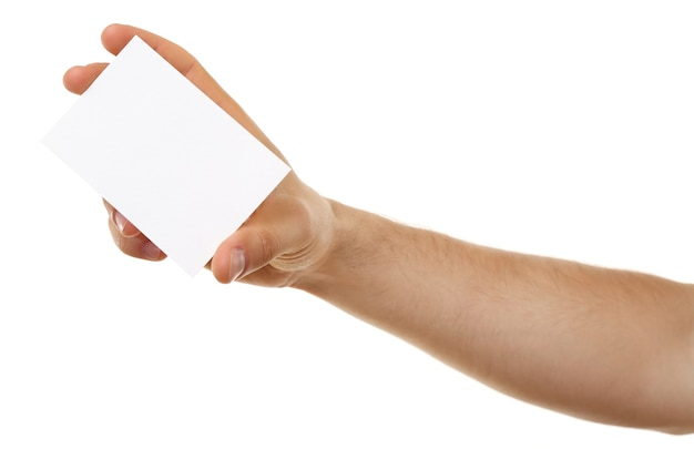 Mano maschio che tiene carta di carta isolata su bianco