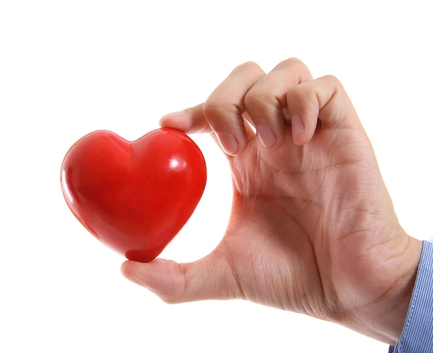 Mano maschile che tiene cuore rosso