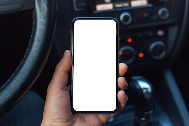 Mano maschio che tiene uno smartphone con mockup bianco sullo schermo