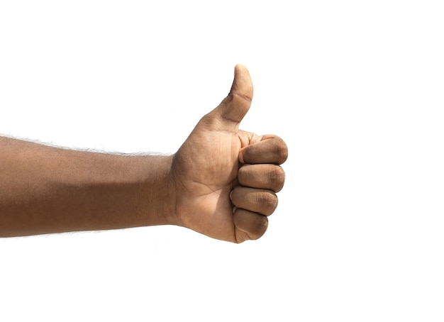 Pollice in alto della mano maschile per mostrare il supporto isolato su sfondo bianco