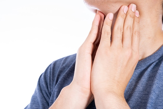 Mano maschio che tocca il nodulo tiroideo isolato bianco.
