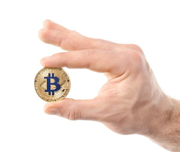 Mano maschio con bitcoin dorato su bianco