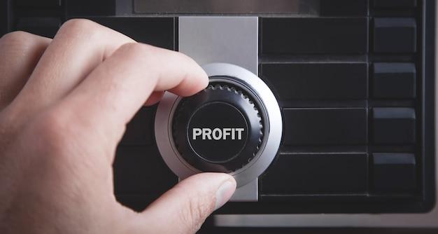 Mano maschio con un pulsante di profitto. attività commerciale