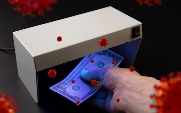 Mani maschili che controllano le banconote nei modelli 3d del rilevatore di coronavirus che si diffondono