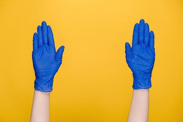 Mani maschili in guanti schioccano le dita al ritmo della musica