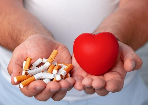 Mani maschii che tengono le sigarette rotte si chiudono