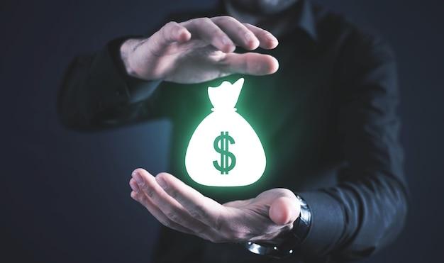 Le mani maschili proteggono la borsa dei soldi. attività commerciale. finanza. ricchezza