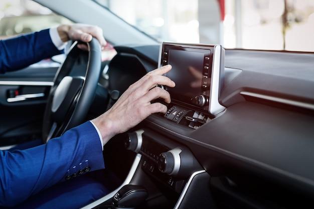 Mani maschii sul volante, interni auto