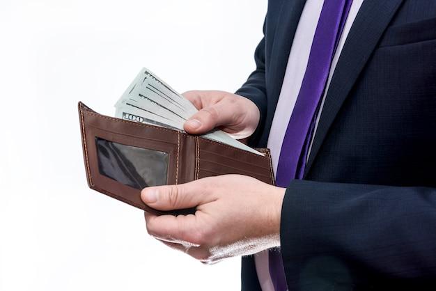 Mani maschili con portafoglio e banconote in dollari
