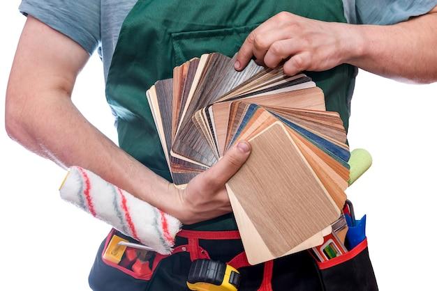 Mani maschii con campionatore in legno si chiudono