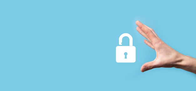 Maschio che tiene un'icona del lucchetto di blocco. rete di sicurezza informatica.