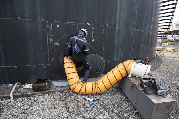 Maschio nell'aria fresca del ventilatore di sicurezza dello spazio confinato dell'olio del serbatoio del carburante nero